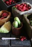 Zdrowy łasowanie, dieting, jarski karmowy pomysł Ogórki i malinki Zdjęcia Royalty Free