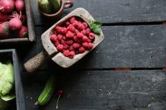 Zdrowy łasowanie, jedzenie, dieting pojęcie Jagody i warzywa na stole kosmos kopii Zdjęcie Stock