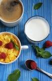 Zdrowy łasowanie, jedzenie i diety pojęcie, - Cornflakes z jagodami zdjęcia royalty free