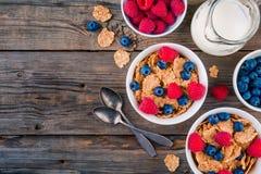 Zdrowy śniadanie: całość zbożowego zboża z malinką i czarną jagodą fotografia royalty free