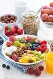 Zdrowy śniadanie jagody, świeża owoc i zboże na talerzu -, Zdjęcia Royalty Free