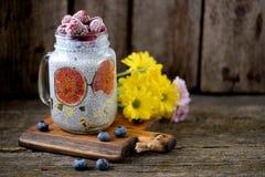 Zdrowy śniadanie jest puddingiem z chia ziarnami, agawa syropem, mlekiem, figami i zamarzniętymi jagodami, malinki i czarne jagod Zdjęcie Stock