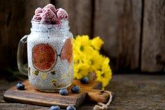 Zdrowy śniadanie jest puddingiem z chia ziarnami, agawa syropem, mlekiem, figami i zamarzniętymi jagodami, malinki i czarne jagod Obraz Royalty Free