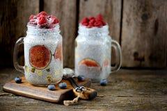 Zdrowy śniadanie jest puddingiem z chia ziarnami, agawa syropem, mlekiem, figami i zamarzniętymi jagodami, malinki i czarne jagod Zdjęcie Royalty Free