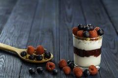 Zdrowy śniadanie jogurt z muesli, granola malinowym dżemem i świeżymi owoc malinka i czarna jagoda, fotografia royalty free