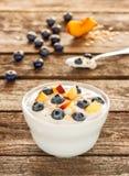 Zdrowy śniadanie - jogurt z owies czarnymi jagodami i płatkami Zdjęcia Royalty Free