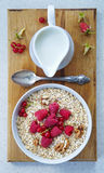 Zdrowy śniadanie - Oatmeal, jogurt, świeża owoc, miód obraz royalty free