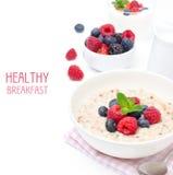 Zdrowy śniadanie - oatmeal z świeżymi jagodami odizolowywać na bielu Fotografia Stock