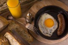 Zdrowy śniadanie rozdrapani jajka i smażąca kiełbasa - Fotografia Stock