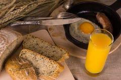 Zdrowy śniadanie rozdrapani jajka i smażąca kiełbasa - Zdjęcia Royalty Free