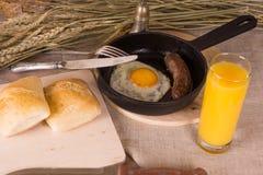 Zdrowy śniadanie rozdrapani jajka i smażąca kiełbasa - Obraz Royalty Free