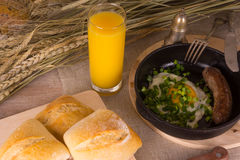 Zdrowy śniadanie rozdrapani jajka i smażąca kiełbasa - Zdjęcia Stock