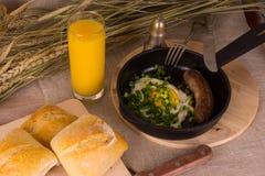 Zdrowy śniadanie rozdrapani jajka i smażąca kiełbasa - Zdjęcie Royalty Free