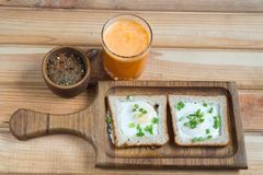 Zdrowy śniadanie smażący jajko sok pomarańczowy zdjęcia stock