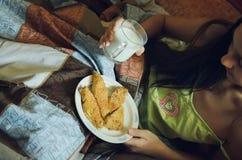Zdrowy śniadanie w łóżku - ciastka i mleko obraz royalty free