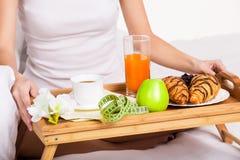 Zdrowy śniadanie w ranku w łóżku Fotografia Stock