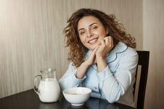 Zdrowy śniadanie w rodzinnym okręgu Piękna potomstwo matka jest ubranym nightwear opiera na rękach z kędzierzawym włosy podczas g fotografia royalty free