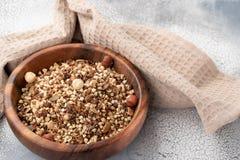 Zdrowy śniadanie, weganinu jarski granola robić zielona gryka z dokrętkami i dyniowy ziarno, zdjęcie stock