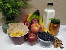 Zdrowy śniadanie z asortymentem owoc zdjęcia stock