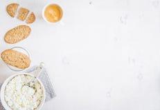 Zdrowy śniadanie z chałupa serem, zbożowi ciastka, mleko obraz royalty free