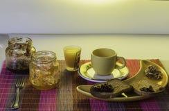 Zdrowy śniadanie z cofee, grzanką, dokrętkami i sokiem, Obraz Royalty Free