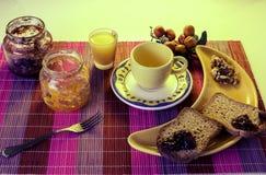 Zdrowy śniadanie z cofee, grzanką, dokrętkami i sokiem, Zdjęcie Royalty Free