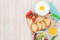 Zdrowy śniadanie z jajkiem, grzankami i sałatką smażącymi, Zdjęcia Royalty Free