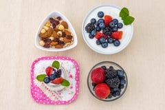 Zdrowy śniadanie z jogurtem, jagodą i dokrętkami dieting, obrazy royalty free