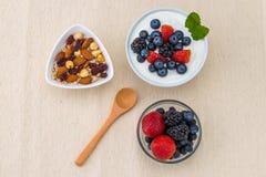 Zdrowy śniadanie z jogurtem, jagodą i dokrętkami dieting, obraz stock