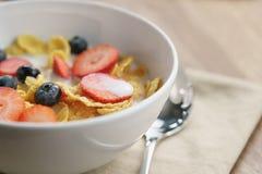 Zdrowy śniadanie z kukurydzanymi płatkami i jagodami w białym pucharze obrazy royalty free