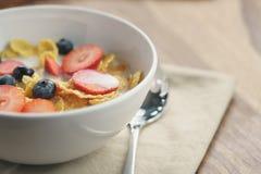 Zdrowy śniadanie z kukurydzanymi płatkami i jagodami w białym pucharze obrazy stock