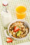 Zdrowy śniadanie z muesli (zboże z owoc, jagody, dokrętki Zdjęcie Stock