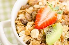 Zdrowy śniadanie z muesli (zboże z owoc, jagody, dokrętki Obrazy Stock