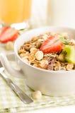 Zdrowy śniadanie z muesli (zboże z owoc, jagody, dokrętki Fotografia Royalty Free
