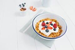 Zdrowy śniadanie z zbożami i jagodami w e Obrazy Royalty Free