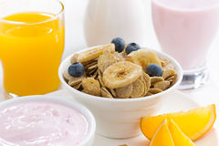 Zdrowy śniadanie zboża, nabiały, owoc i sok -, Fotografia Stock