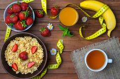 Zdrowy śniadanie: zboża, truskawki, banan i szkło, Zdjęcie Royalty Free