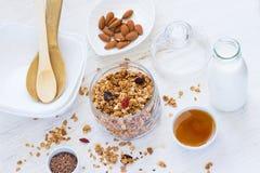 Zdrowy śniadaniowy Świeży granola z wysuszonymi jagodami, dokrętki, miód fotografia stock