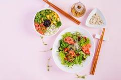 Zdrowy ?niadaniowy Buddha puchar z ry?, mango, avocado i ?ososiem, obraz stock