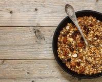 Zdrowy Śniadaniowy Domowej roboty granola z dokrętek, miodowych i świeżych jagodami, Obraz Royalty Free