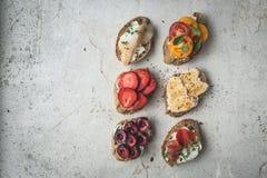 Zdrowy śniadaniowy Lay weganin grzanki Czyści łasowania jedzenia pojęcie Odgórny widok kosmos kopii obraz stock