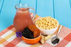 Zdrowy śniadaniowy miotacza sok, suszący - owocowe i kukurydzane piłki Obraz Royalty Free