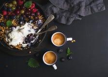 Zdrowy śniadaniowy owsa granola rozdrobni z świeżymi jagodami, ziarnami i lody w żelaznej rynienki niecce na ciemnej drewnianej d Obraz Royalty Free