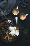 Zdrowy śniadaniowy owsa granola rozdrobni z świeżymi jagodami, ziarnami i lody w żelaznej rynienki niecce na ciemnej drewnianej d Zdjęcia Stock
