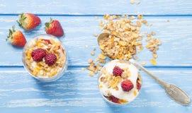 zdrowy śniadaniowy pojęcie Granola parfait z jogurtem i malinkami obrazy stock