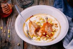Zdrowy śniadaniowy puchar: jogurt z bonkretami, pistacjami, miodem i chia ziarnami karmelizującymi, Zdjęcia Royalty Free