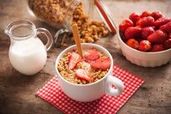 Zdrowy śniadaniowy puchar mleko z granola zdjęcie royalty free