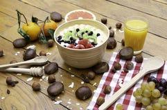 Zdrowy świeży naturalny śniadanie z jogurt owoc dokrętkami na drewno stole i sokiem zdjęcia royalty free