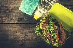 Zdrowy życie sporta pojęcie Sporta ręcznik, woda, Zdrowa kanapka Zdjęcia Royalty Free