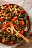 Zdrowy żywienioniowy posiłku okra z pomidorami i cebulkowym zakończeniem na a zdjęcie royalty free